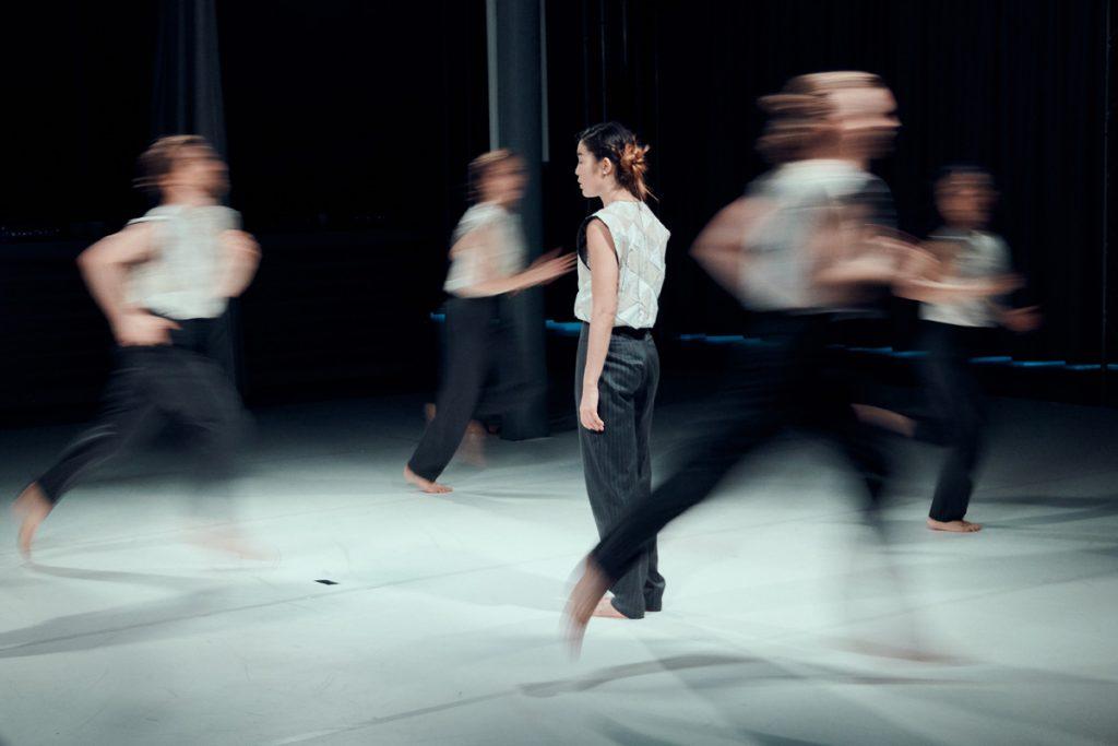 TänzerInnen die im Kreis um eine Tänzerin laufen